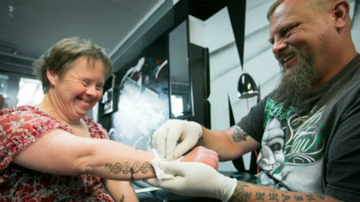 s_TATTOO ARTIST GIVES